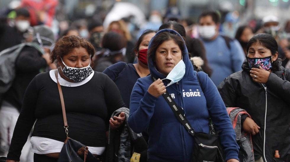 Calcula Perú siete millones de contagios de COVID-19 - Mujeres en Perú con cubrebocas para prevenir el COVID-19. Foto de EFE