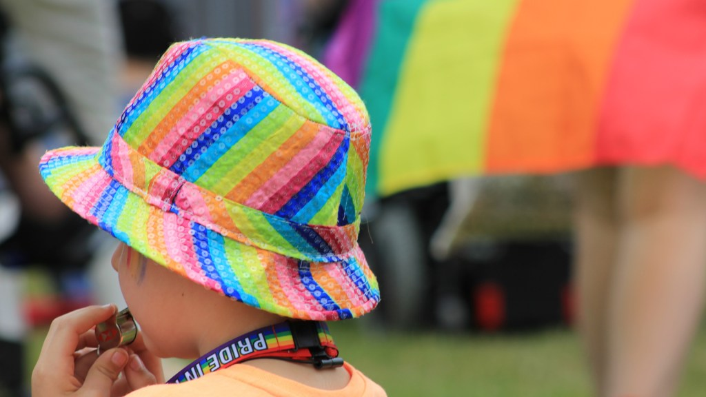 Facilitará CDMX cambio de nombre a niños trans - Niño durante marcha del orgullo gay. Foto de ROBIN WORRALL / Unsplash
