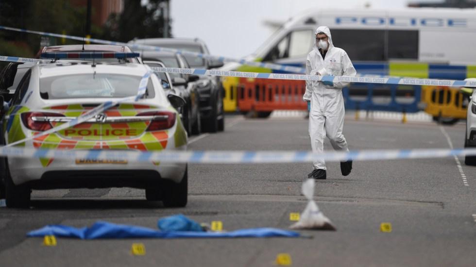 Ataques con arma blanca dejan en Inglaterra un muerto y siete heridos - Peritos forenses investigan escena de apuñalamientos en Birmigham. Foto de EFE