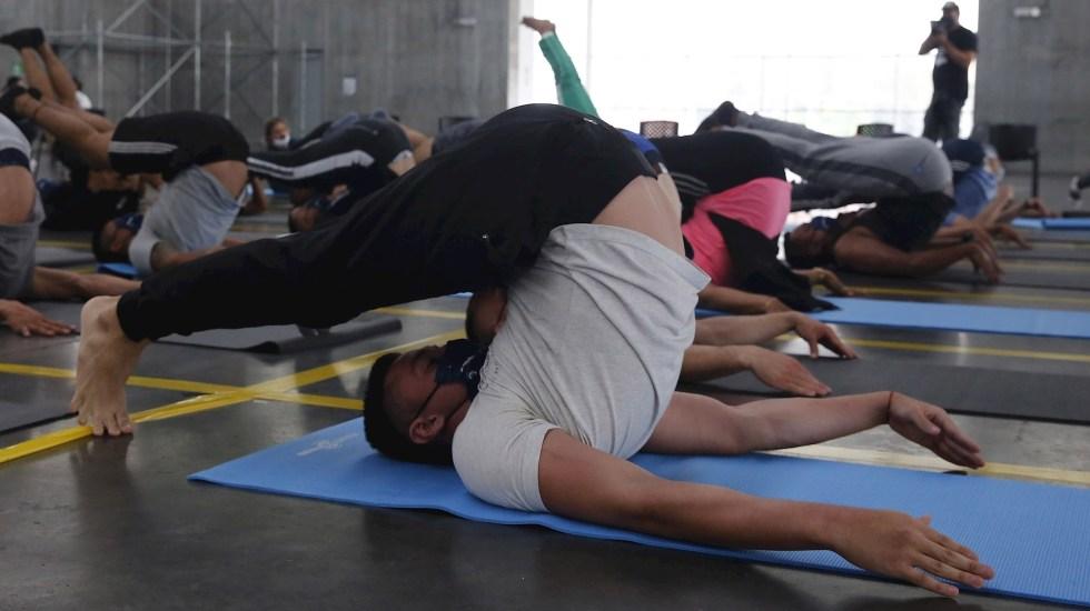 Policías en Colombia reciben clases de yoga para manejar sus emociones - Policía clases Yoga Colombia