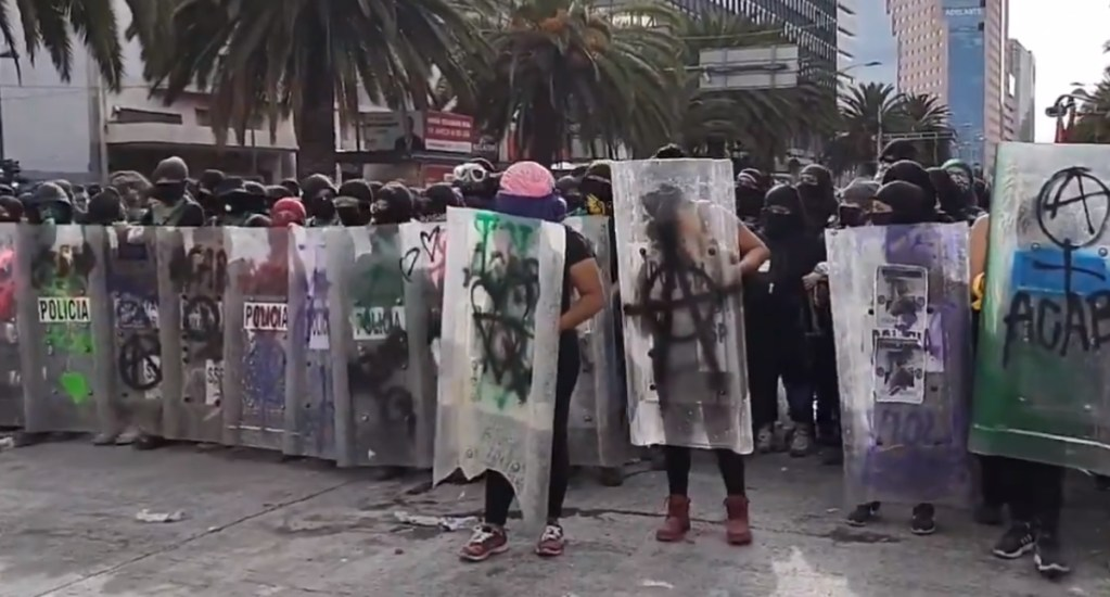 #Video Feministas marchan con dirección a Garibaldi. Noticias en tiempo real