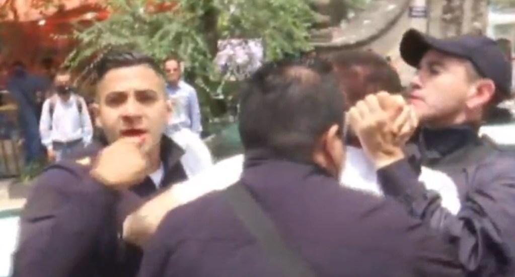 #Video Automovilista golpea a policía en el Centro Histórico tras intento de revisión - Riña Centro San Hipólito policía automovilista