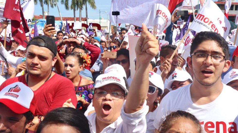 Reconoce INE posibilidad de 'tercera encuesta' para renovar dirigencia de Morena - Simpatizantes de Morena durante mitin. Foto de @PartidoMorenaMx