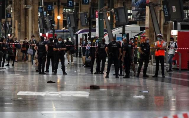 Apuñalan a hombre en estación ferroviaria de París - Sitio de la Estación del Norte del tren de París en el que un hombre fue apuñalado. Foto de Le Parisien / Olivier Arandel