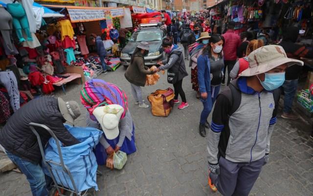 Latinoamérica analiza una mayor reapertura tras seis meses de pandemia y 310 mil muertes - Tianguis en Bolivia durante pandemia de COVID-19. Foto de EFE
