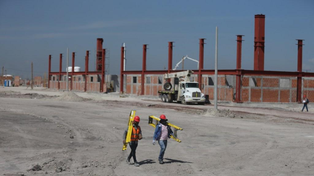 Producción industrial en México cayó 4.9 por ciento en enero - Trabajadores en construcción del Aeropuerto Internacional de Santa Lucía. Foto de EFE