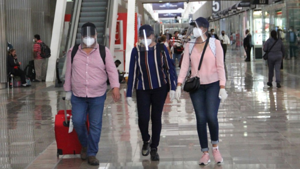 Eleva EE.UU. nivel de alerta para México; pide a ciudadanos evitar viajar al país ante repunte de pandemia - Turistas en el AICM. Foto de @AICM_mx