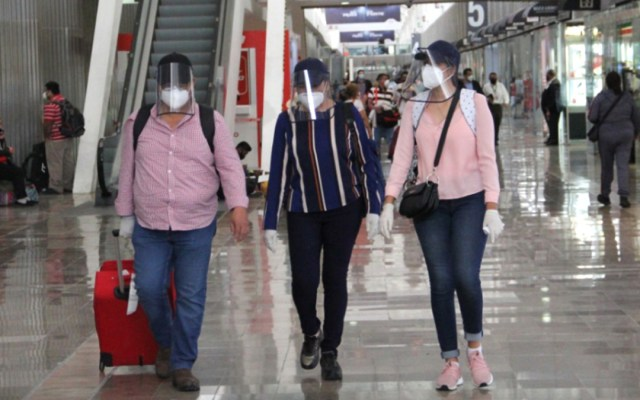 Turismo en México cerrará el año con ligera recuperación - Turistas en el AICM. Foto de @AICM_mx