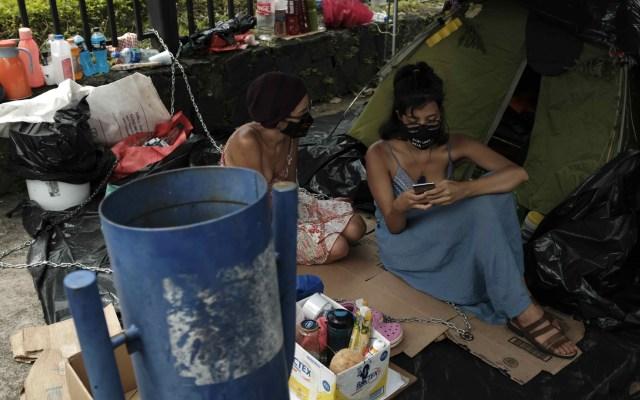 Activistas se encadenan para exigir veto a pesca de arrastre en Costa Rica - Dos activistas están en huelga de hambre y encadenadas a las rejas que rodean la Casa Presidencial de Costa Rica como una forma de exigir al presidente Carlos Alvarado que vete una ley que rehabilita la pesca de arrastre y que fue aprobada por el Congreso. Foto de EFE