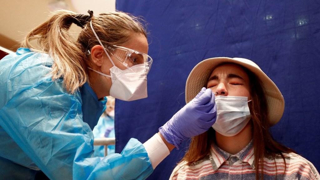 Pacientes con COVID-19 leve o moderado tienen anticuerpos, al menos, durante cinco meses - Aplicación de prueba de COVID-19 en Montpellier, Francia. Foto de EFE