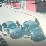 #Video Automovilista escapa en León de intento de asalto; daña auto de criminales