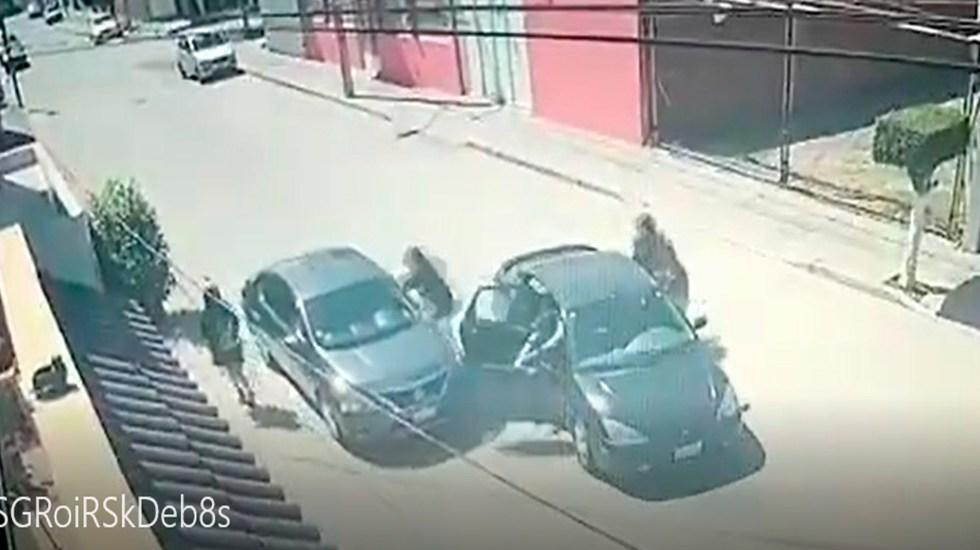 #Video Automovilista escapa en León de intento de asalto; daña auto de criminales - Foto Captura de pantalla