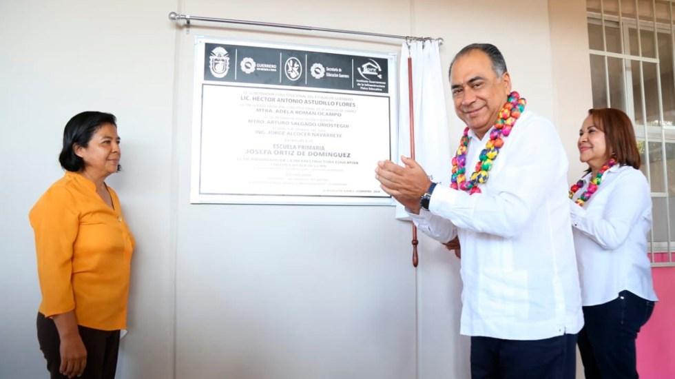 Guerrero suma 2 mil 500 escuelas nuevas en cinco años, destaca Héctor Astudillo - El gobernador de Guerrero, Héctor Astudillo Flores, inaugurando una escuela. Foto Twitter @HectorAstudillo