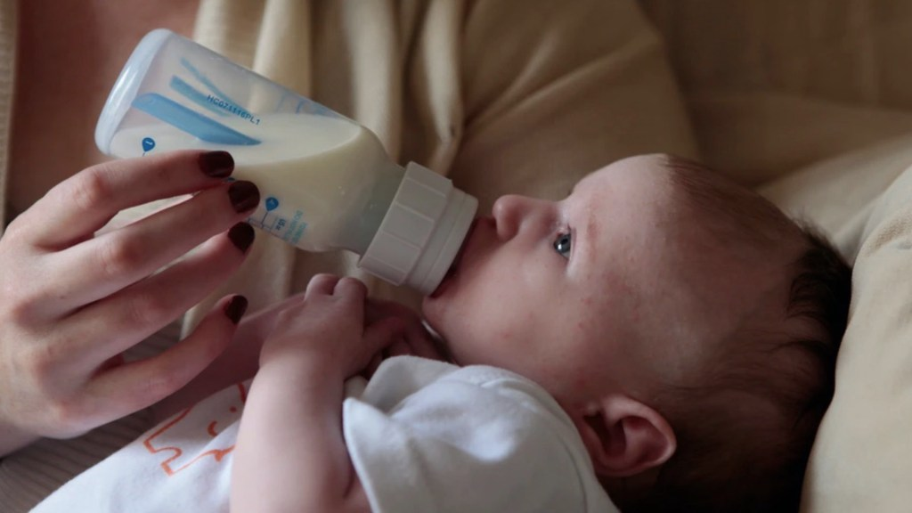 Preparación de biberones y su esterilización liberan altos niveles de microplásticos, revela estudio - Foto de Lucy Wolski @lwolski
