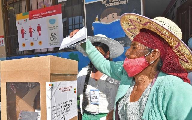 Luis Arce, candidato afín a Evo Morales, aventaja en encuestas de salida en Bolivia - Una mujer boliviana vota en la Unidad educativa Eduardo Abaro, en la población de Parotani, a 50 km de Cochabamba, Bolivia. Foto de EFE/Jorge Ábrego.