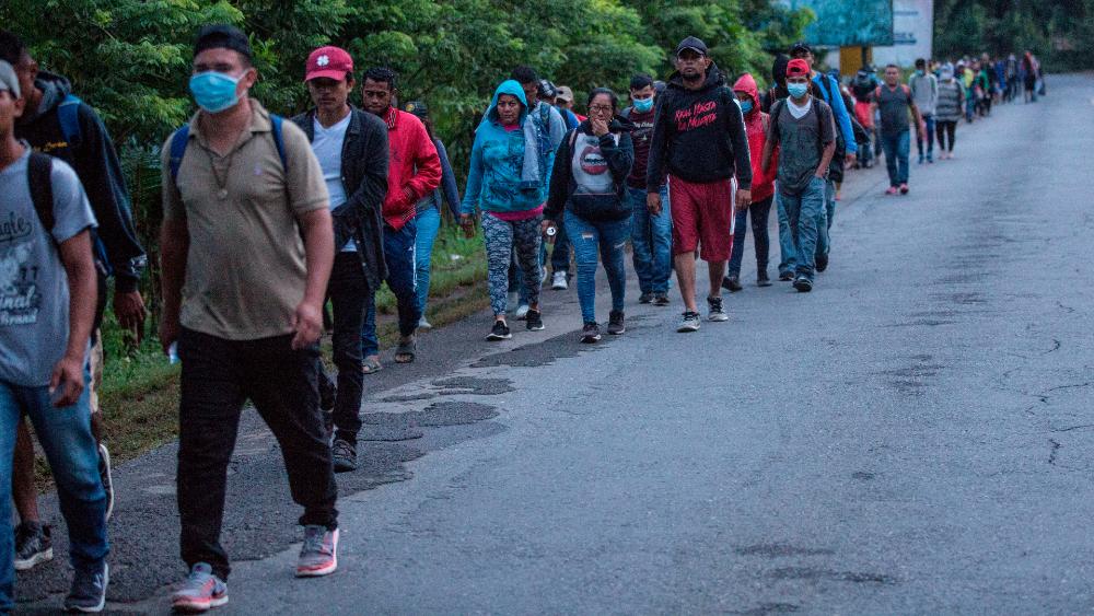 Guatemala pide a México investigar presunto secuestro de migrantes - Caravana migrante en su avance hacia Estados Unidos. Foto de EFE / Archivo