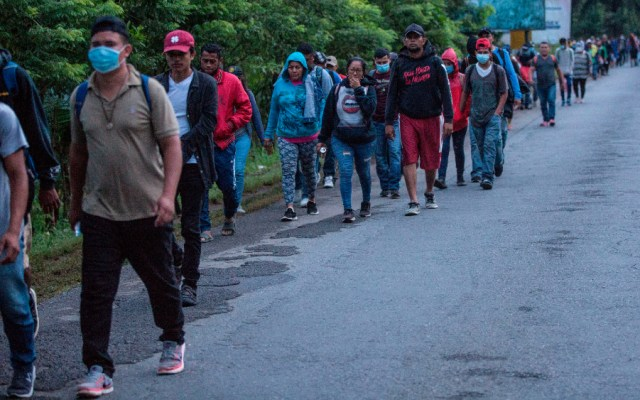 Migrantes hondureños avanzan por el norte de Guatemala con rumbo a México - Foto de EFE