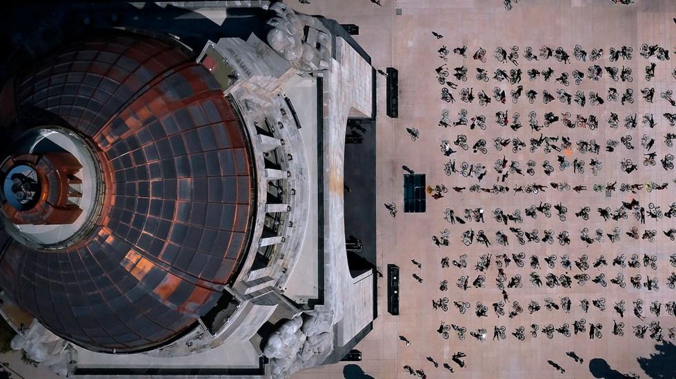 #Fotos Realizan 'performance' en el Monumento a la Revolución en homenaje a ciclistas muertos en accidentes viales - Foto Twitter @DAGUILARFOTO