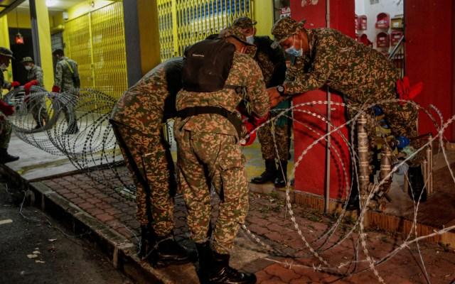 Restringen movilización en Malasia con alambre de púas ante rebrote de COVID-19 - Ejército de Malasia coloca vallas con alambre de púas en zonas de la ciudad de Kajang como parte de una política gubernamental para restringir el movimiento de las personas ante los crecientes casos de COVID-19. Foto de EFE