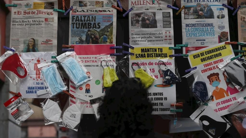 Disparo de muertes y casos de anoche no significa que hayan ocurrido de un día para otro; es actualización de metodología: López-Gatell - Imágenes de cubrebocas y diarios que dan cobertura al Coronavirus en México. Foto de EFE: