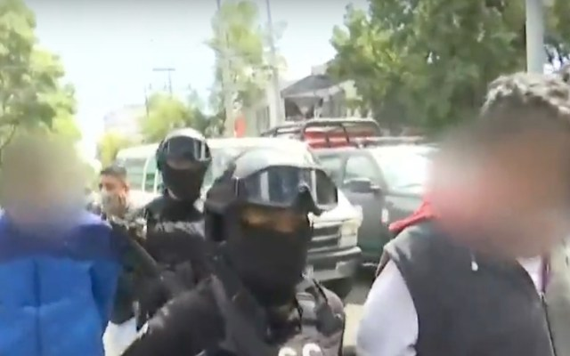 #Video Trasladan a Fiscalía a detenidos señalados por abandonar 27 bolsas con medicamentos oncológicos en Azcapotzalco - Captura de pantalla