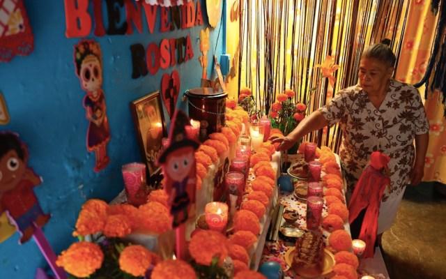 México celebra un Día de Muertos atípico con panteones cerrados por pandemia - Foto de EFE