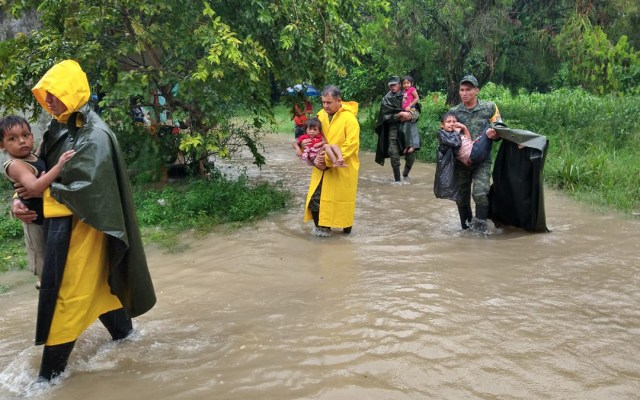 Suman 5 muertos y casi 600 mil afectados por 'Gamma' en Chiapas y Tabasco - Evacuación de niños en Cárdenas, Tabasco. Foto de @ProcivilTabasco