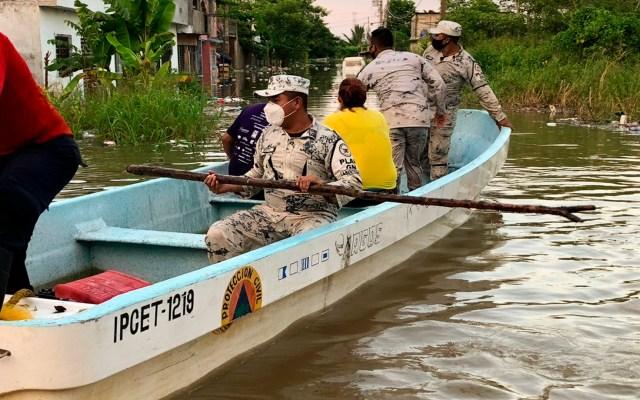 Despliegan 5 mil elementos de la Guardia Nacional en Yucatán para atender emergencia por huracán 'Delta' - La Guardia Nacional brindando asistencia a la población de Tabasco. Foto Twitter @GN_MEXICO_