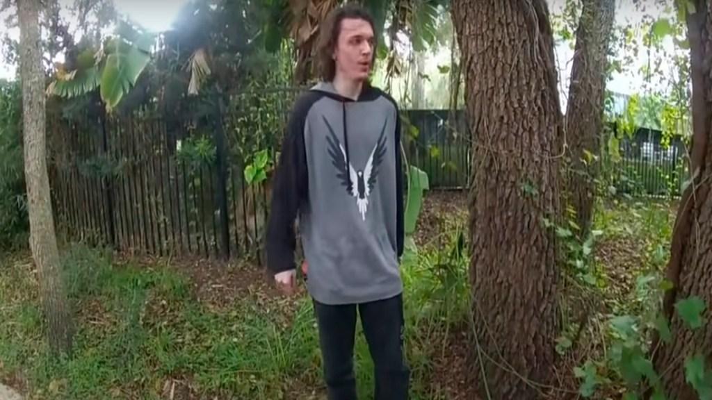 #Video Joven apuñala en el cuello a policía en Florida - Foto Captura de pantalla