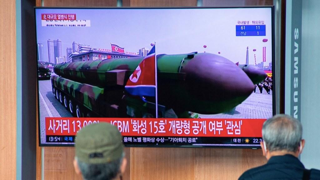 Corea del Norte exhibe nuevo misil balístico de alcance internacional - Foto de EFE