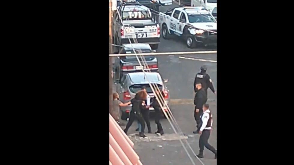 #Video Policía Municipal de Nezahualcóyotl realiza disparos al aire durante detención - Detenciones en el municipio mexiquense de Nezahualcóyotl.  Foto Captura de pantalla