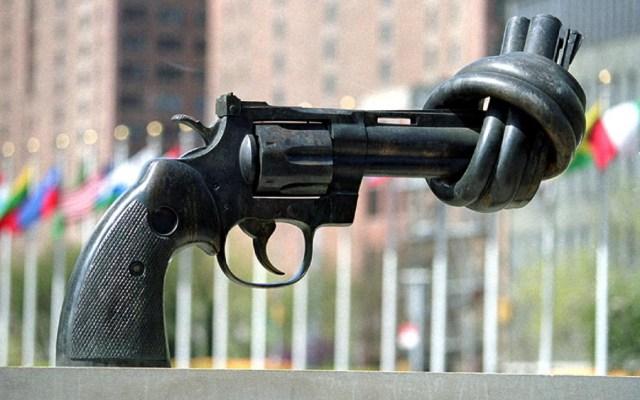 La No Violencia es condición para el desarrollo sostenido, afirma Juan Ramón de la Fuente - No Violencia (o El Arma Anudada), escultura del artista sueco Karl Fredrik Reutersward, se encuentra en la entrada de la sede de la ONU, en Nueva York. Foto de ONU