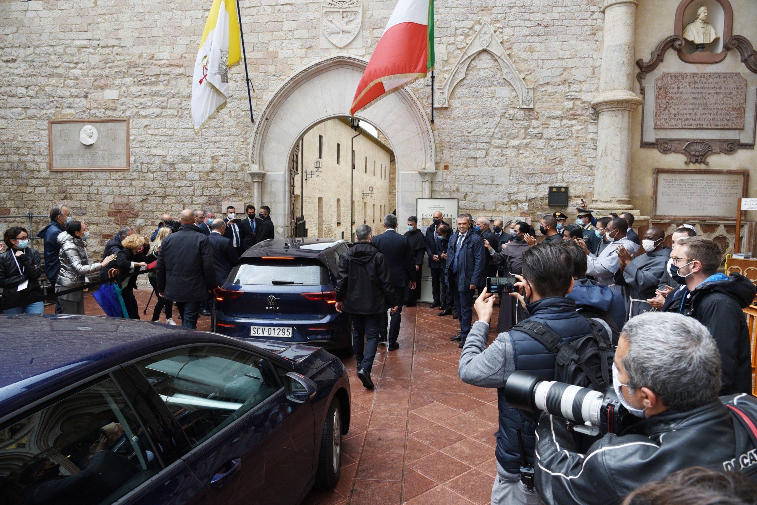 Papa Francisco y su personal de seguridad ante la mirada de fieles en la entrada de la Basílica de San Francisco de Asís, en Italia. Foto de EFE/EPA/PIETRO CROCCHIONI.