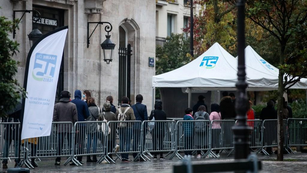 Toque de queda en París y ocho ciudades a partir del sábado para frenar la pandemia - Foto de EFE