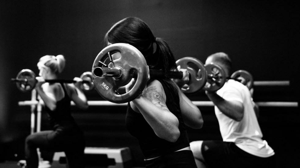 Corazón de quienes realizan ejercicio vigoroso puede 'esponjarse' - Personas haciendo pesas. Foto de Sven Mieke / Unsplash