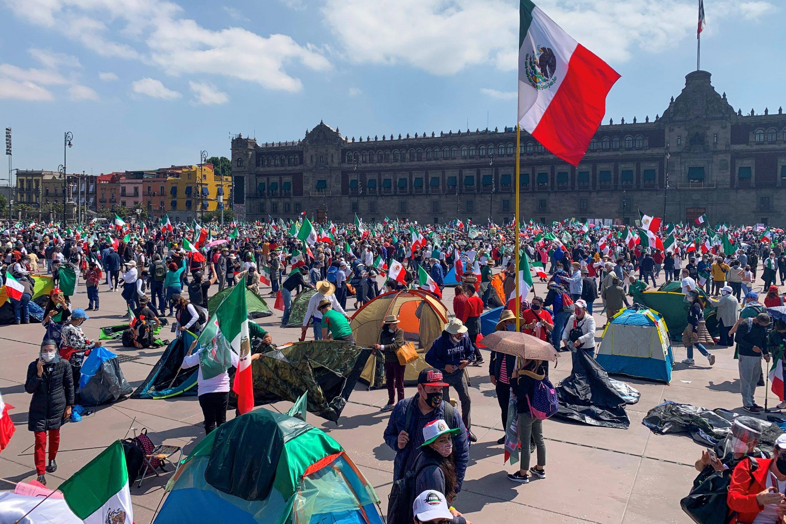 La marcha de FRENAAA en el Zócalo. Foto de EFE/José Pazos