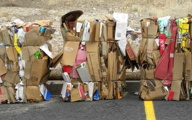 Reciclar el papel solo beneficia al clima si se hace con energías renovables - Foto de Debby Urken para Unsplash
