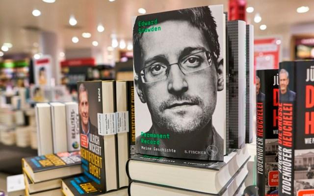 Condenan a Edward Snowden a pagar 5 mdd por ingresos de su libro 'Vigilancia Permanente' - Edward Snowden publicó documentos clasificados que prueban el espionaje estadounidense; ahora el gobierno estadunidense afirma que debe recibir regalías. Foto @weareinformed