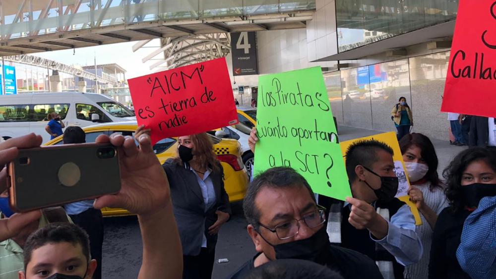 Taxistas bloquean terminales del Aeropuerto Internacional de la Ciudad de México - Foto de @sandovalvictor
