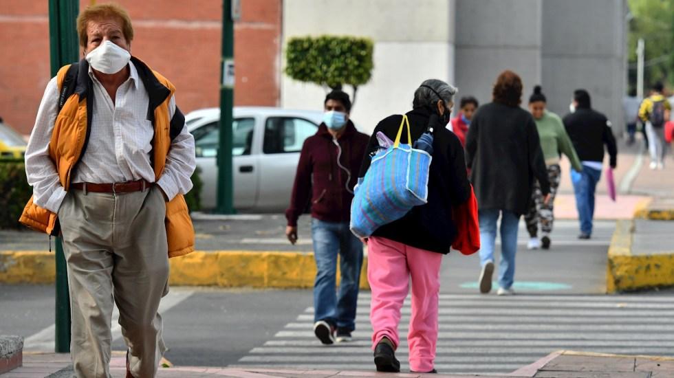 Sheinbaum descarta rebrote de COVID-19 en CDMX pese a aumento de casos - Transeúntes en la Ciudad de México durante la pandemia de COVID-19. Foto de EFE / Archivo