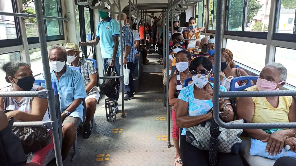 Alerta OPS transmisión intensa de COVID-19 en el Caribe - Usuarios con cubrebocas en transporte público de Cuba. Foto de EFE
