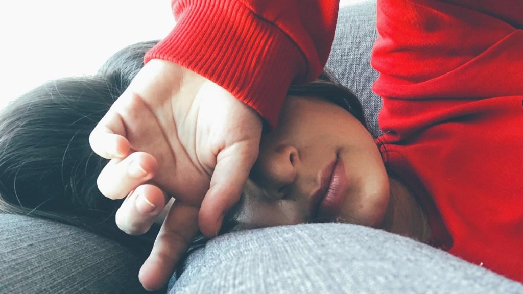 Conciliar tarde el sueño causa más desgaste congnitivo en la mediana edad - Afectación del sueño. Foto de Mel Elías / Unsplash