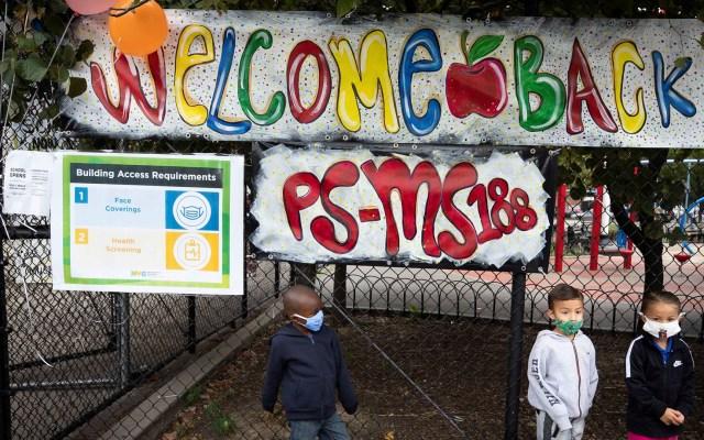 Nueva York da marcha atrás y reabrirá escuelas pese a COVID-19 - Alumnos en su primer día de regreso a clases en Nueva York. Foto de EFE