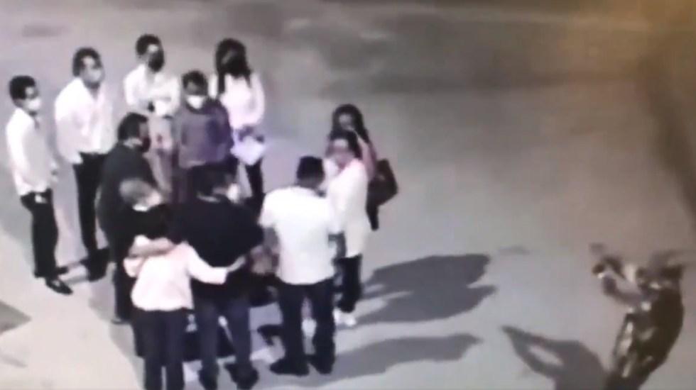 #Video Asaltan a punta de pistola en Monterrey a fieles afuera de iglesia - Asalto en Parroquia San Juan Evangelista de Monterrey. Captura de pantalla