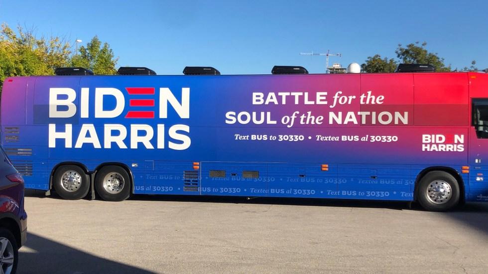 Investiga FBI emboscada contra caravana de Biden en Texas - Autobús de la campaña electoral Biden-Harris. Foto de @KatieNaranjo
