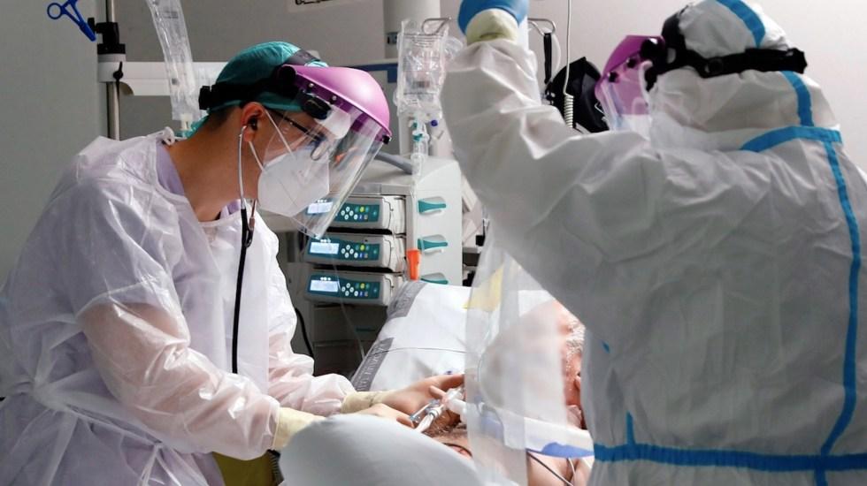 Nuevo sistema de recuento de Salud en España añade mil 623 muertos por COVID-19 desde marzo - Atención de paciente de COVID-19 en España. Foto de EFE