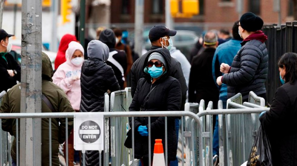 Nuevo récord de contagios de COVID-19 en Estados Unidos; más de 100 mil en las últimas 24 horas - Varias personas esperan para ingresar a una revisión médica y hacerse una prueba de coronavirus, el 14 de abril de 2020, en el centro hospitalario Elmhurst de Queens, en Nueva York (EE.UU). EFE/Justin Lane/Archivo
