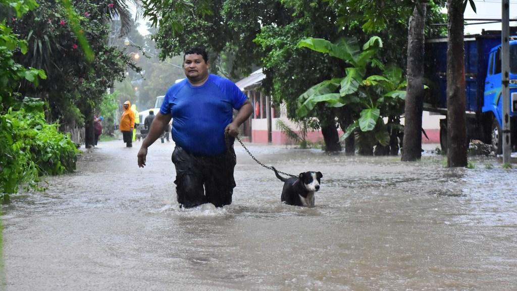 EE.UU. y México estudian fórmulas para ayudar económicamente al Triángulo Norte - El presidente de Honduras, Juan Orlando Hernández, declaró la alerta roja a nivel nacional para atender los efectos de Eta, que como huracán categoría 4 y después tormenta tropical ha dejado dos personas muertas, varias regiones incomunicadas, inundaciones y deslizamientos, entre otros daños. Foto de EFE