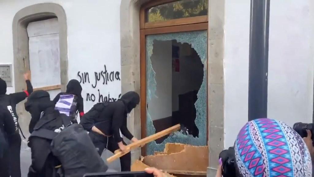 #Video Feministas encapuchadas causan destrozos en marcha rumbo al Zócalo. Noticias en tiempo real