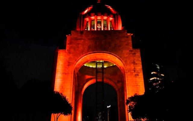 Edificios y monumentos emblemáticos de la CDMX se iluminan de naranja por el Día de Muertos - Foto Twitter @Claudiashein